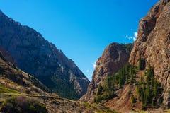 Weg in bergkloof Het landschap van de berg Blauwe hemel Royalty-vrije Stock Foto