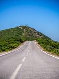 Weg bij Bergketen Stock Afbeeldingen