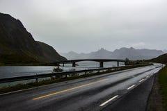 Weg bij de bergen van Lofoten, Noorwegen Royalty-vrije Stock Afbeeldingen