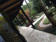 Weg bij groene tuin Royalty-vrije Stock Foto's