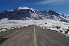 Weg bij Khunjerab-pas bij grens China-Pakistan in Noordelijke Pak Royalty-vrije Stock Afbeeldingen