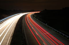 Weg bij nacht met verkeer Royalty-vrije Stock Afbeelding