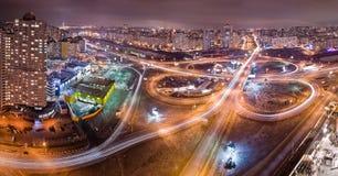 Weg bij nacht in moderne stad Luchtmening van cityscape Stock Foto's