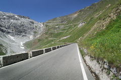 Weg bij Passo-dello Stelvio in de Alpen, Italië stock foto's