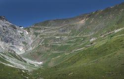 Weg bij Passo-dello Stelvio in de Alpen, Italië royalty-vrije stock foto