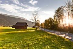 Weg in de Alpen bij zonsondergang Stock Foto