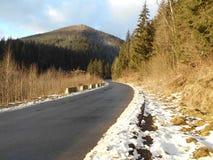 Weg in de berg in de winter het weggaan in de afstand beaut stock foto's