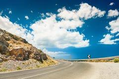 Weg in de bergen en donkerblauwe hemel met witte wolken Royalty-vrije Stock Afbeelding