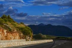 Weg in de bergen in Europa op de kust stock afbeelding