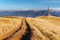 Weg in de bergen Het prachtige landschap van de de herfstberg majestueuze, donkere wolken in zonlicht net bos  Royalty-vrije Stock Afbeeldingen