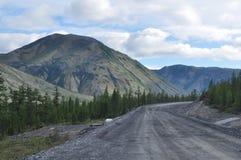Weg in de bergen van Yakutia Royalty-vrije Stock Foto's