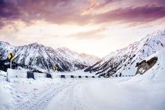 Weg in de de winterbergen royalty-vrije stock foto's