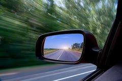 Weg in de spiegel van de auto zij-mening Royalty-vrije Stock Foto's