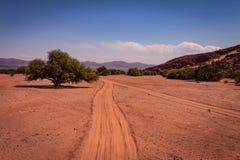 Weg in de vallei tussen bergen, dor berggebied stock fotografie