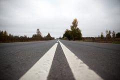 Weg in de voorsteden in Rusland Stock Afbeeldingen