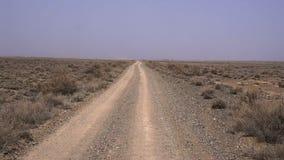 Weg in de woestijn stock videobeelden