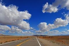 Weg in de woestijn van Nevada stock afbeeldingen
