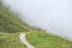 Weg in den Bergen in Nebel stockbilder