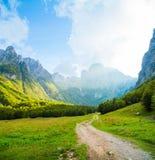 Weg in den felsigen Bergen im Sommer stockfotos