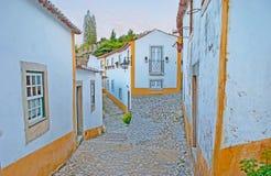 Weg in den mittelalterlichen Straßen von Obidos stockbild