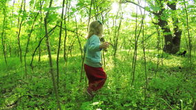 Weg in den Waldmädchen stock video