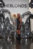 Weg der Designer David Blond und Phillipe Blonds die Rollbahn an der Blonds-Modeschau Lizenzfreie Stockfotografie