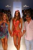 Weg der Designer Lourdes Hanimian (L) und Augusto Hanimians (R) die Rollbahn mit einem Modell während Show Luli Fama an MBFW schw Lizenzfreie Stockbilder