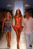Weg der Designer Lourdes Hanimian (L) und Augusto Hanimians (R) die Rollbahn mit einem Modell während Show Luli Fama an MBFW schw Stockbild