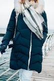 Weg in der kalten Jahreszeit in der warmen Kleidung lizenzfreies stockbild