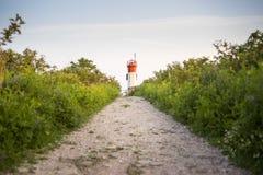 Weg, der zu einen Leuchtturm auf einem Hügel führt lizenzfreie stockfotos