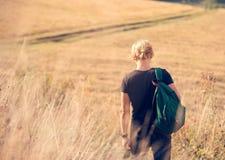 Weg des jungen Mannes auf Landseite Stockbild