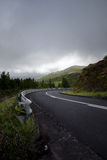 Weg die bergaf aan het recht draaien -- De Azoren, Sao Miguel Island Stock Afbeeldingen