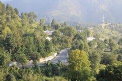 Weg die door de berg van Himalayagebergte gaan stock afbeelding