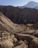 Weg die neer in de vallei in de woestijn leiden royalty-vrije stock afbeeldingen