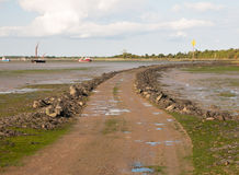 Weg die op eiland met getijden uit zwart water Maldon leiden stock fotografie