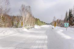 Weg die in Sneeuw wordt behandeld Stock Afbeeldingen