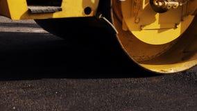 Weg die in stedelijk herstellen Stoomwals tijdens wegenbouw stock video