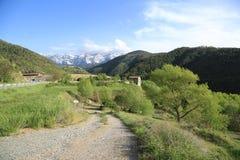 Weg die tot de bergen leiden stock foto's