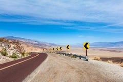 Weg die tot het Nationale Park van de Doodsvallei leiden Stock Foto's