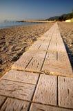 Weg die van blokken in strand wordt gemaakt Stock Foto