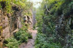 Weg door de rotsen van Th e, het sity landschap van de aardsteen, Rusland, Ural Royalty-vrije Stock Foto