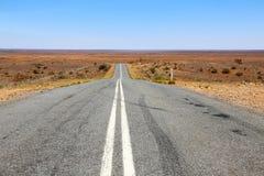 Weg door het binnenland in Australië Stock Foto's