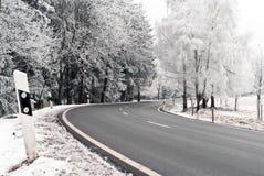 Weg door het de winterlandschap Stock Afbeelding