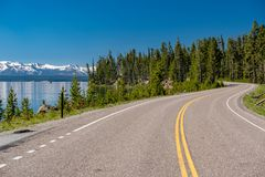 Weg door het meer in Yellowstone Royalty-vrije Stock Foto's