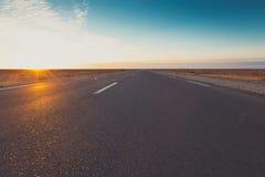 Weg door het midden van Woestijn Stock Foto's