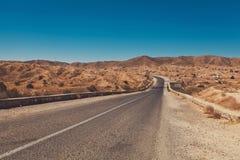 Weg door het midden van Woestijn Stock Afbeeldingen