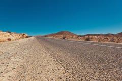 Weg door het midden van Woestijn Stock Fotografie