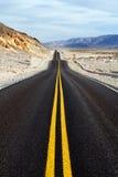 Weg door het nationale park van de doodsvallei Stock Fotografie