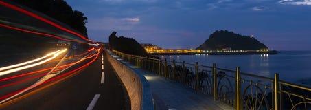 Weg door het overzees met autolichten bij nacht Stock Afbeeldingen