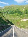 Weg door Karpatische bergen, Roemenië stock foto